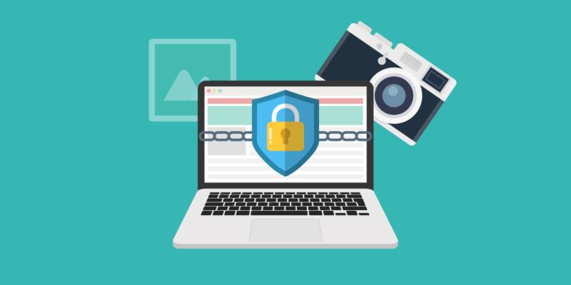 Beveiligde laptop met foto's en fotocamera