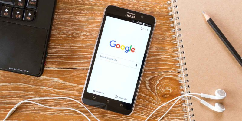 Smartphone met Google Chrome open