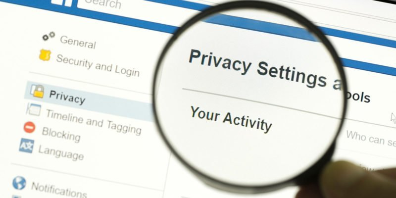 Facebook privacy settings met vergrootglas
