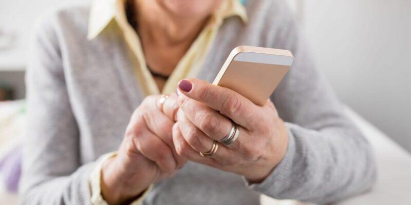 Vrouw van boven de zestig met smartphone